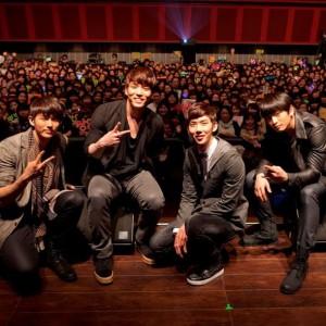 2AM、2ndシングル発売記念イベントで、ファンと大はしゃぎ!