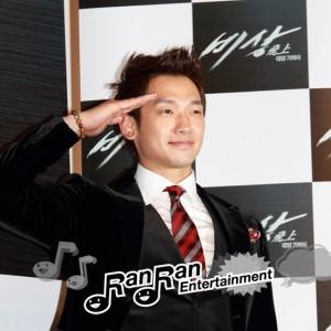 Rain(ピ)主演映画『飛上~太陽の近く』制作報告発表会で「幸せ!」