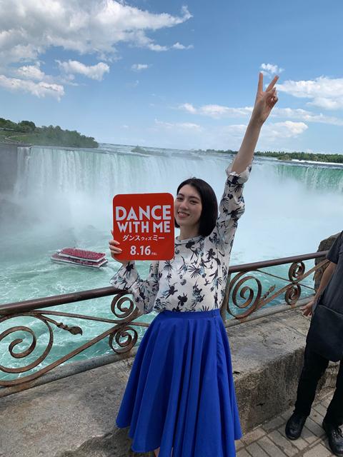 【7月18日(木)正午解禁】『ダンスウィズミー』三吉彩花ワケあって世界中をダンス!_ナイアガラの滝1S