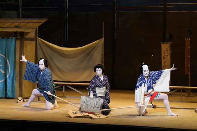 左より松也、七之助、勘九郎